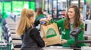 Una cliente recoge su compra en Mercadona