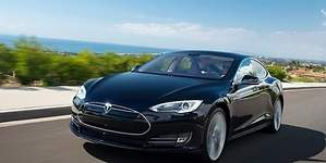 El conductor de un Tesla Model S trolea a corredores ilegales