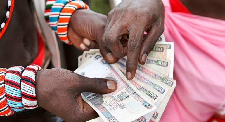 kenia-dinero-manos.jpg
