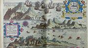 Libro antiguo con un mapa de Canarias