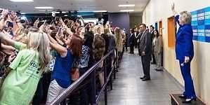 Clinton se viraliza con un masivo selfie del revés