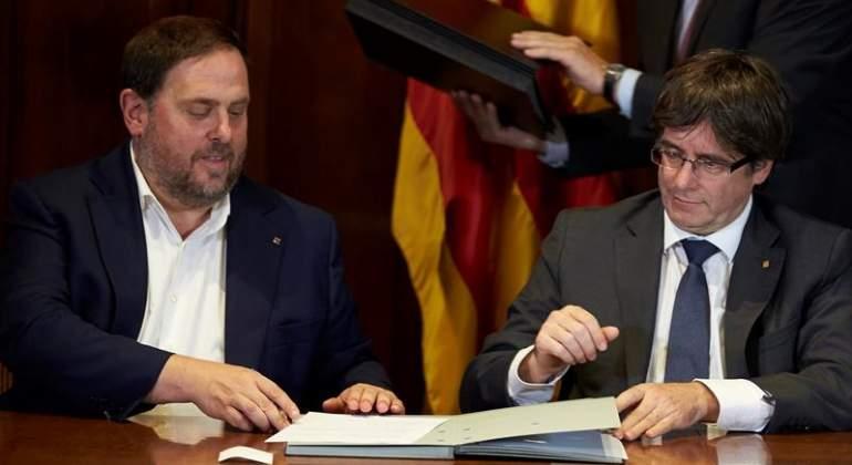 junqueras-puigdemont-firma-referendum-efe.jpg