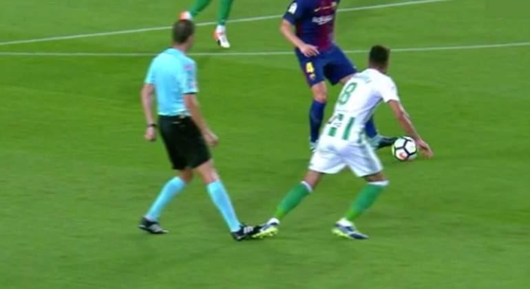 Arbitro-barcelona-betis-pisoton-camarasa-2017-BeIN.jpg