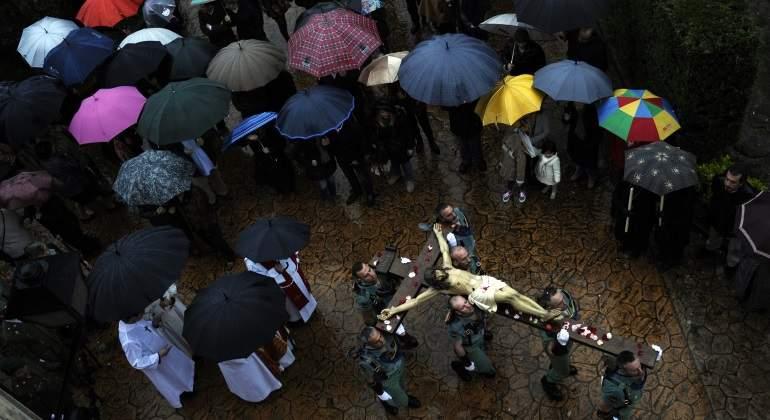 semana-santa-lluvia-paraguas-reuters.jpg