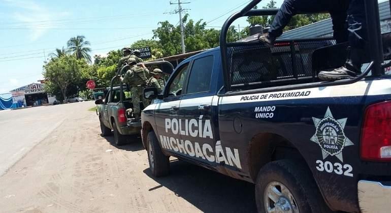 Explotan artefactos en interior de autobús en Michoacán