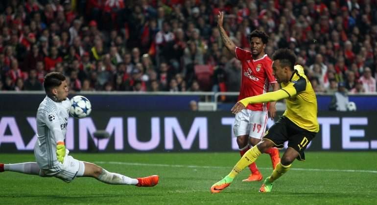 Ederson-Benfica-2017-Aubameyang-reuters.jpg