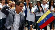 guaido-puno-bandera-venezuela-reuters.jpg