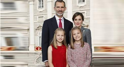 Los Reyes y sus hijas felicitan la Navidad con una imagen solemne y sobria