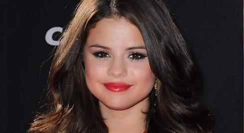 Labial rojo: lúcelo como Selena Gómez