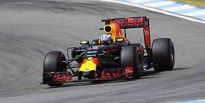 Ricciardo aprovecha la lío entre Hamilton y Vettel
