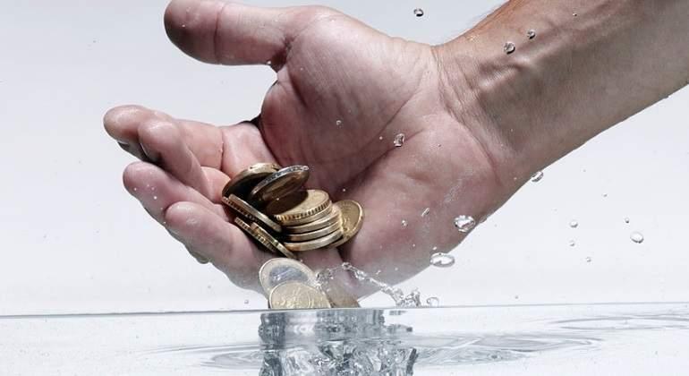 agua-mano-dinero-getty.jpg