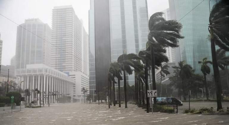 Aerolíneas continúan cancelando vuelos por Irma