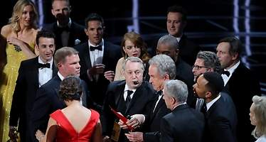 Error en el Oscar a mejor película: a  Warren Beatty le dan otro sobre