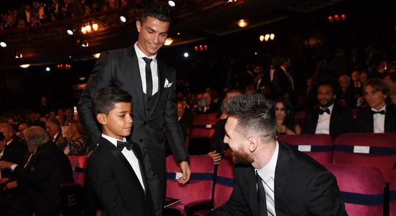 CR7-Messi-Saludo-hijo-2017-efe.jpg