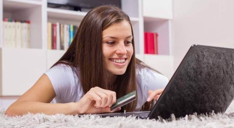 chica-ordenador-compra-dreams.jpg