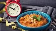 Reloj-cerca-de-un-plato-de-comida-iStock.jpg