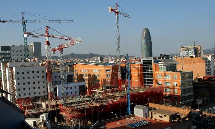 vivienda-barcelona-gruas-alamy.jpg