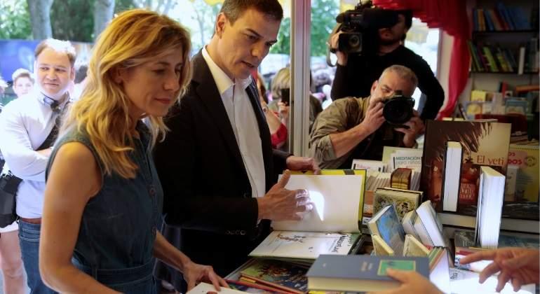 begonza-gomez-pedro-sanchez-libros-reuters.jpg