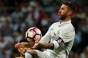 La bronca de Sergio Ramos a Raphael Varane tras su mano y penalti ante el Villarreal