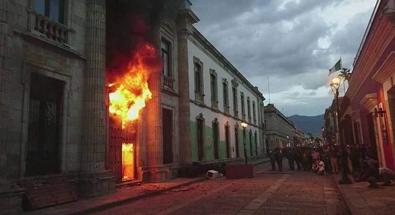 Incendian presuntos porros puerta de la uabjo y generan for Puerta 19 benito villamarin