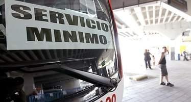 Dos autobuses apedreados y retrasos en el primer día de huelga de Larrea