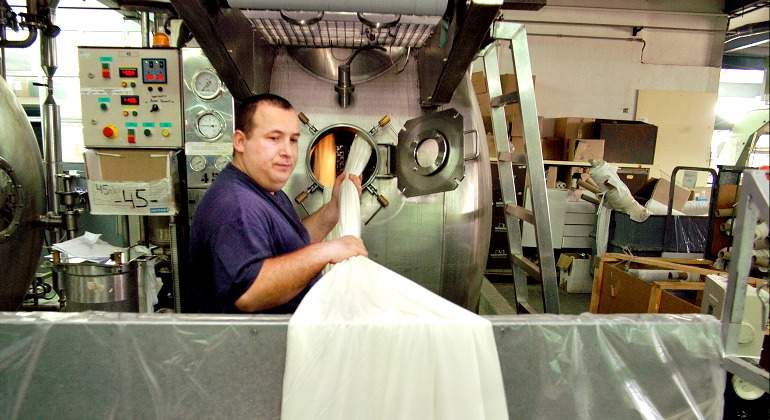 trabajador-fabrica-dogi-industria-770-bloomberg.jpg