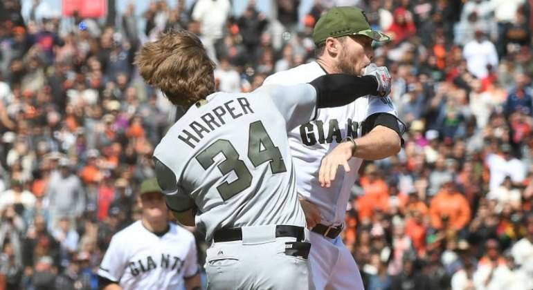 Vídeo: El pitcher Hunter Strickland y Bryce Harper llegaron a los golpes