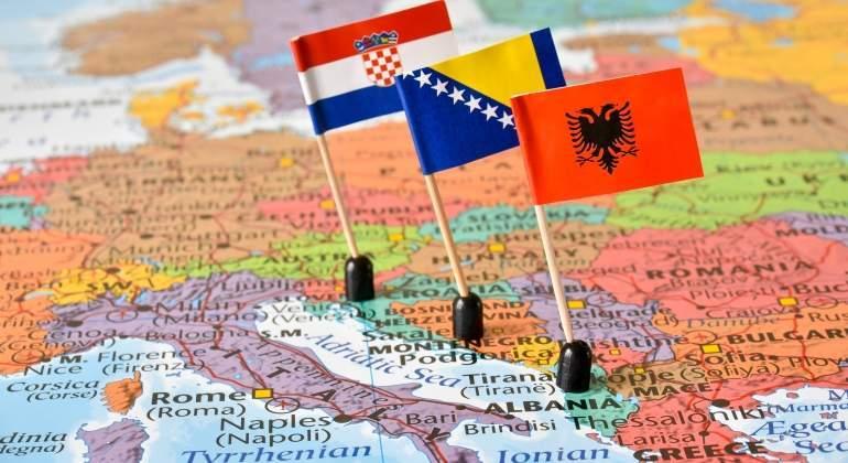 mapa-balcanes-banderas-croacia-bosnia-albania-dreamstime.jpg