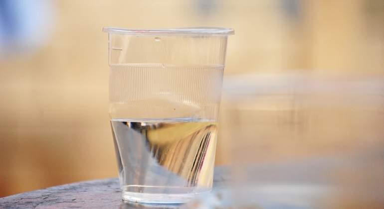 ¿Es peor del grifo que envasada? ¿Son nocivas las botellas de plástico? Verdades y mitos del agua que bebemos