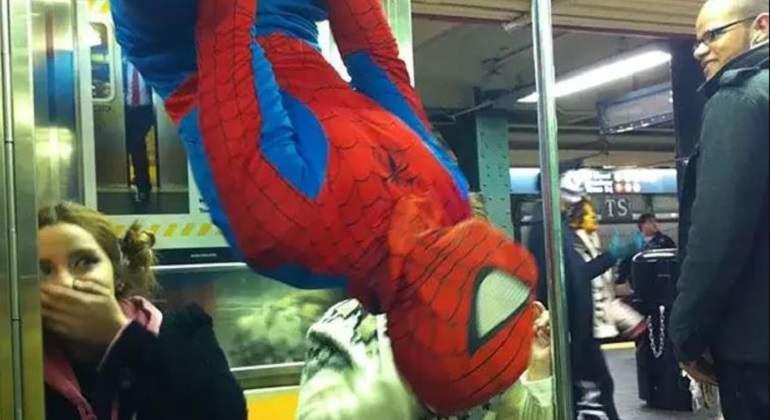 Spider-Man-en-el-metro