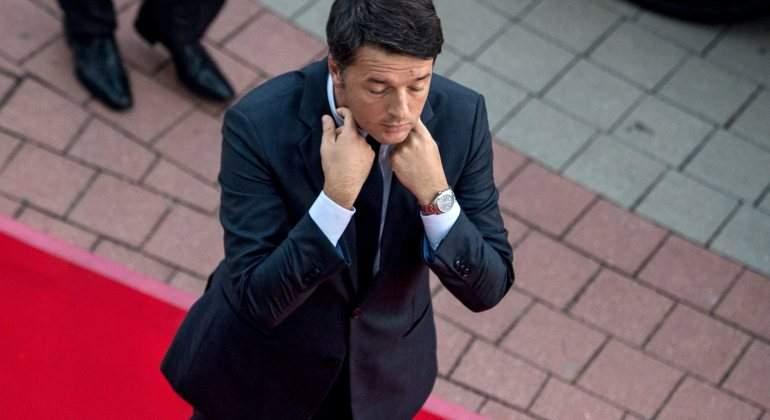 Renzi-dimision-manos-cuello.jpg