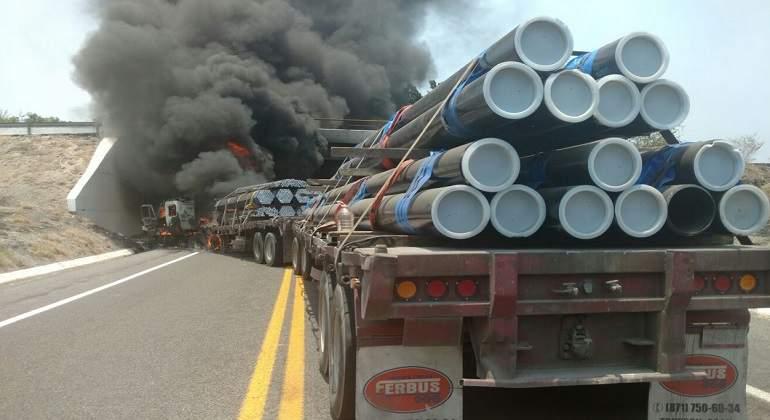 Bloquean la Siglo XXI; queman camiones