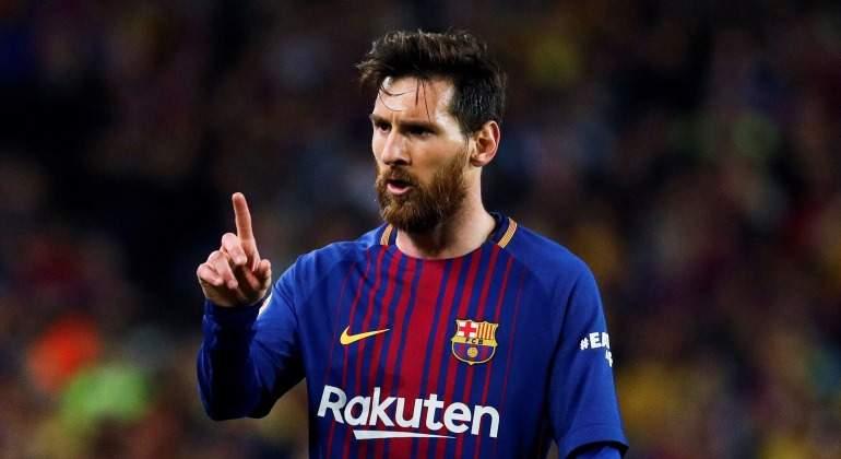 Messi-senala-enfadado-clasico-2018-EFE.jpg