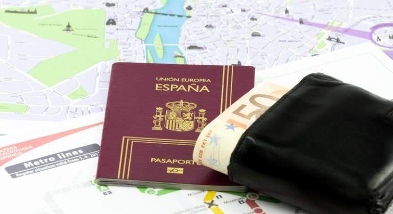 viajar-cartera-pasaporte-dinero-euros-plano-770-dreamstime.jpg