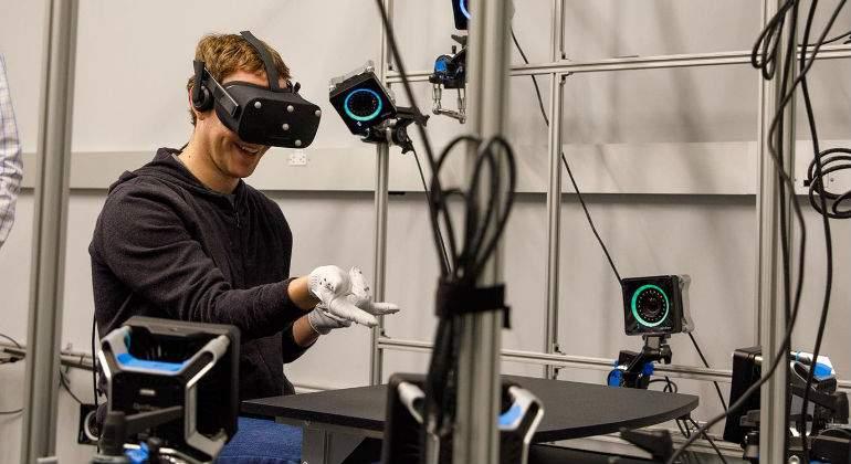 Zuckerberg muestra los guantes para controlar las Oculus VR