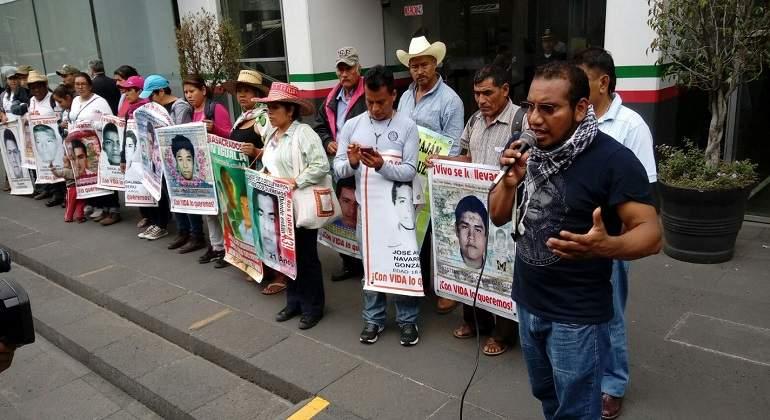 Amagan con intensificar sus protestas padres de los 43