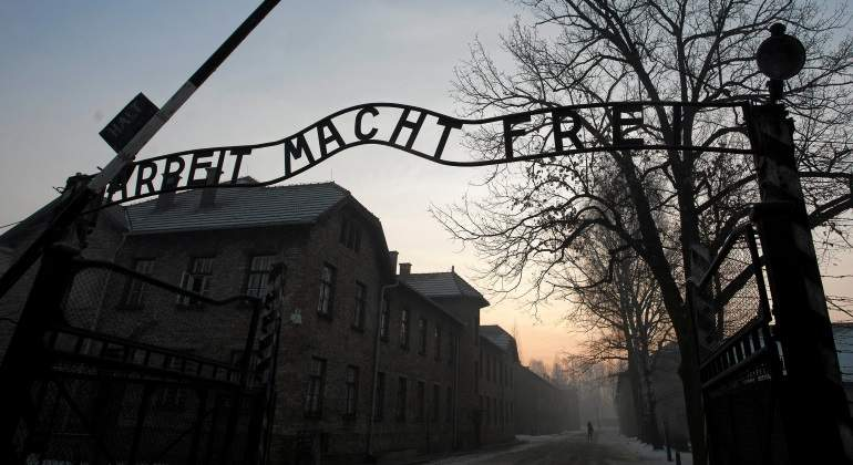 auschwitz-inscripcion-entrada-reuters.jpg