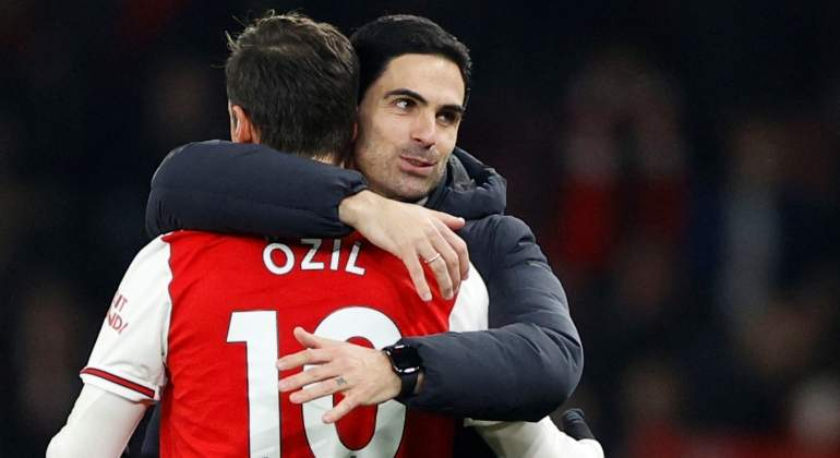 arteta-ozil-abrazo-arsenal-united-2020-reuters.jpg