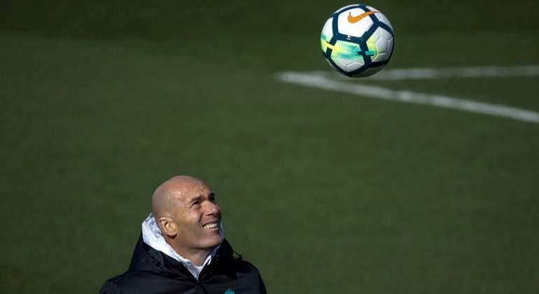 Zidane-juguetea-balon-2018-EFE.jpg