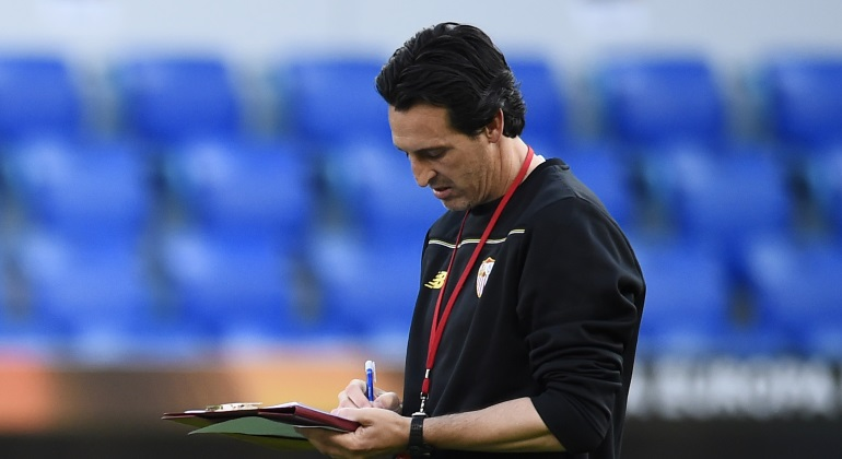 emery-pizarra-entrenamiento-final-europa-league-reuters.jpg