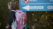 Una nia volviendo al colegio en septiembre