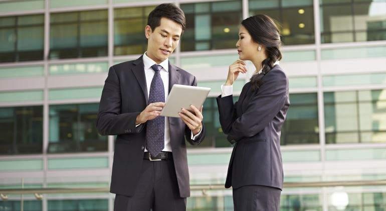 chinos-directivos-tablet-770-istock.jpg