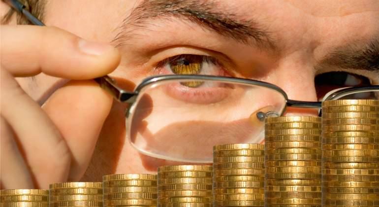 monedas-hombre-gafas.jpg