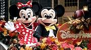 Minnie-y-Mickey-en-una-carroza-Disney-iStock-1.jpg