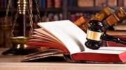 Un mazo de juez una balanza y un libro de leyes