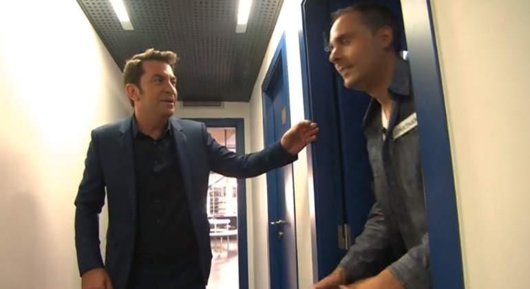 Valls acompaña al baño a un concursante de Ahora caigo