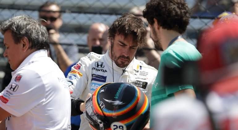 Alonso-firma-casco-Indianapolis-2017-efe.jpg