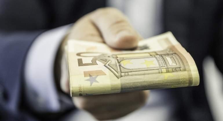 dinero-euros-traje-getty.jpg