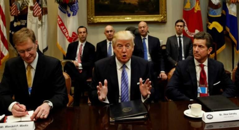 Trump acuerda bajar impuestos y regulaciones a las automotrices