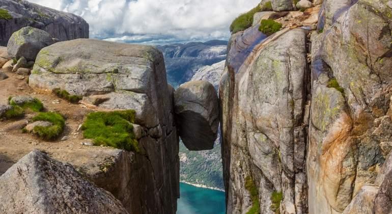 Así es Kjerag, la roca suspendida a 1.000m de altura